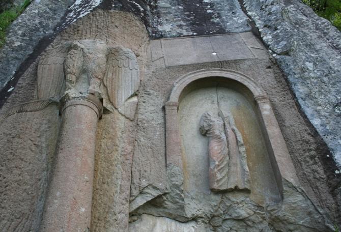 2.000 Yıllık Anıta Sprey Boya ile Yazan Kişi İnternette Bulundu
