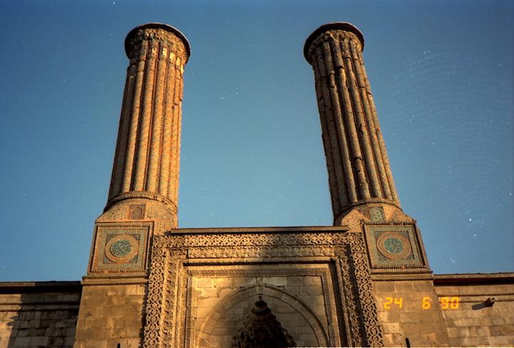 Erzurum'da Çifte Minareli Medrese'ye Boru Döşeme Tartışması