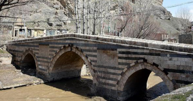 Van'da 350 Yıllık Osmanlı Köprüsü yıkılmak Üzere