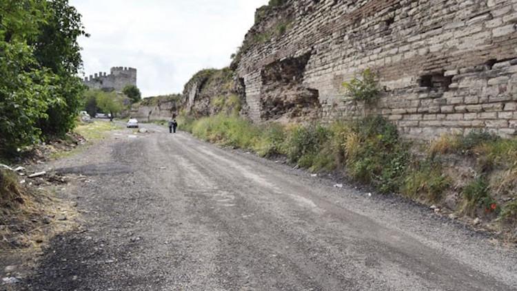 Tarihi Yedikule Surları Dibine Asfalt Döküldü