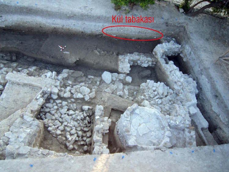 3650 yıl önce patlayan Santorini volkanının izleri çeime'de bağlararası kazılarında bulundu