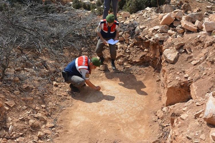 Antalya'da Kaçakçıların Bulduğu Bizans Kilisesinde Kazılar Başladı