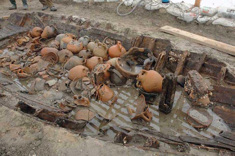 Marmaray'da içindeki eşyalarla birlikte bulunmuş bir Bizans gemi batığı.