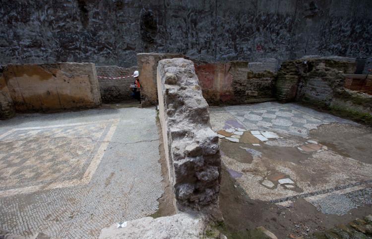 Roma'da metro kazısında bulunan kışlanın siyah beyaz taban mozaiği