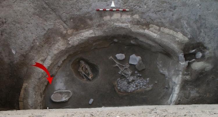 Hasıra sarılı çocuk iskeletinin bulunduğu binada okla işaret edilen yer, üzeri taban sıvasıyla kapatılmış mezar çukuru (Foto: Aşıklı Kazı ve Araştırma Projesi Arşivi)