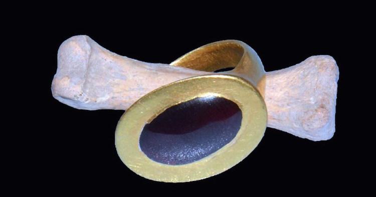 Mezardaki kadının parmağında bulunan altın yüzük.