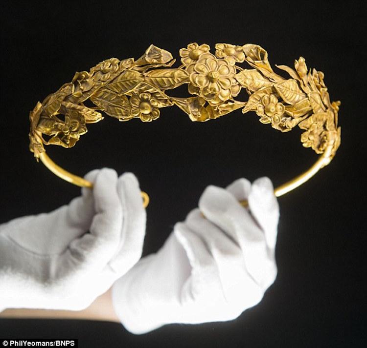 Yaşlı Adamın Yatağının Altından 2,000 Yıllık Altın Taç Çıktı
