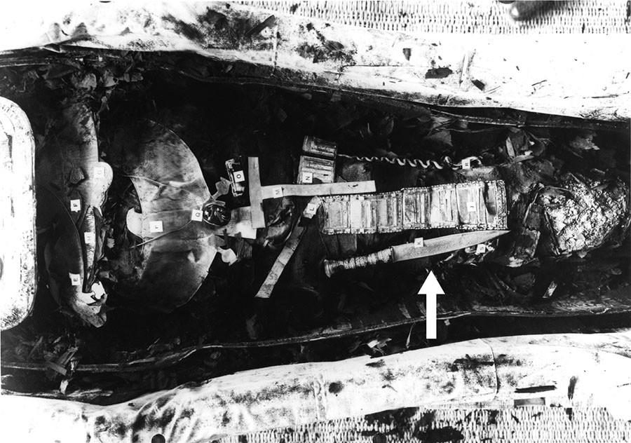 Tutankhamun'un mumyası. 34.2 cm uzunluğundaki demir hançer, okla gösterilen yerde bulunuyor. F: Griffith Institute, University of Oxford