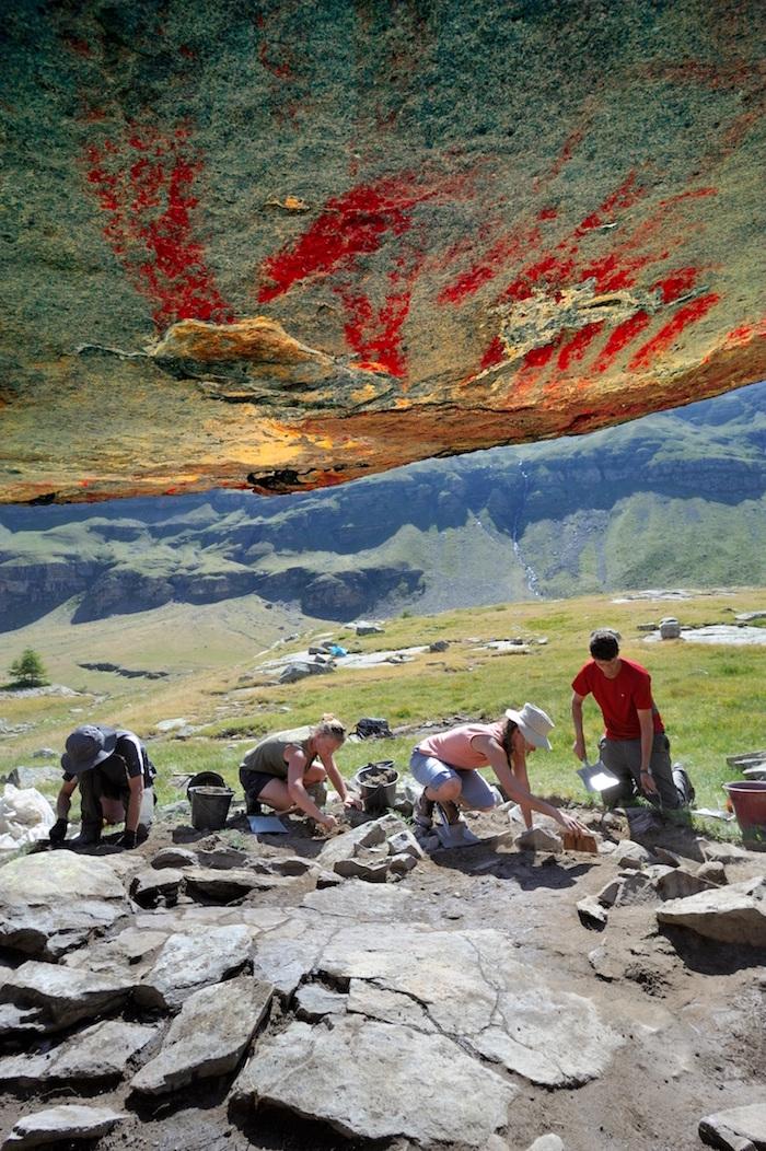 Kaya resimlerinin, sığınağın içinden dışarı bakarken görünümü. Renkler DStretch ile geliştirilmiş. (F: Loïc Damelet, CNRS/Centre Camille Jullian; foto geliştirmesi: C. Defrasne)