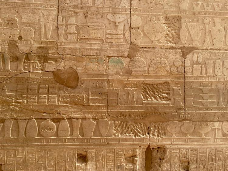 Mısır'daki Luksor'daki Karnak tapınağından rölyef ayrıntısı. Cam ingotları (külçeleri) fotoğrafın ortasında kısmenmavi/yeşil boyalı şekilde gözüküyor. Bu cam ingot/külçeler, Suriye savaş seferinden sonra III. Thutmosis'in tapınağa bağışladığı hediyeler arasında görülüyor.  (F: Jeanette Varberg, Moesgaard Museum.)