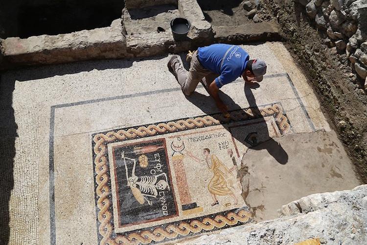 Hatay'daki İskeletli Mozaiğin Makalesi Yayımlandı