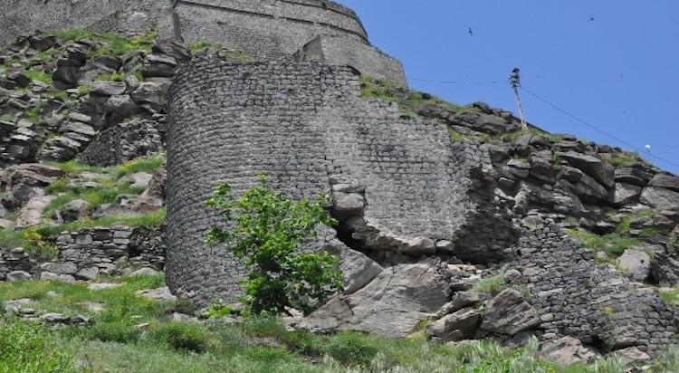 900 Yıllık Kars Kalesi'nin Surları Yıkılıyor