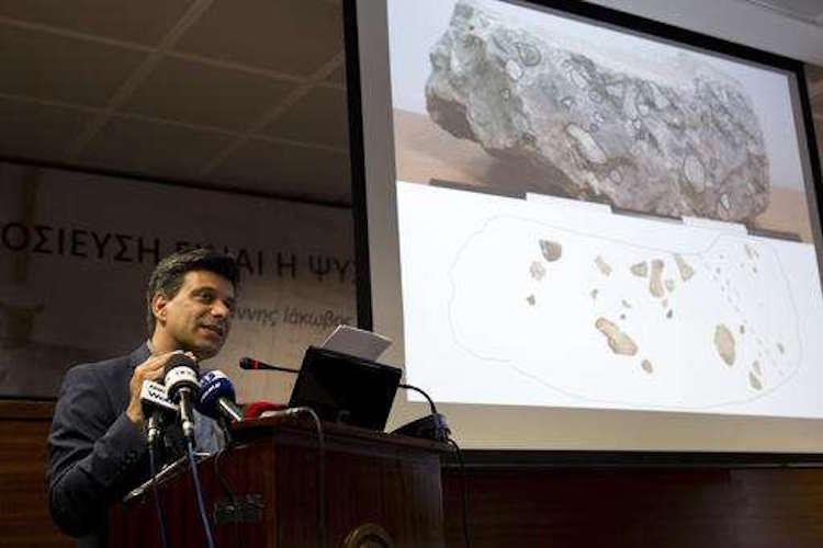 Maggidis basın toplantısında konuşuyor. [F: AP/Petros Giannakouris]