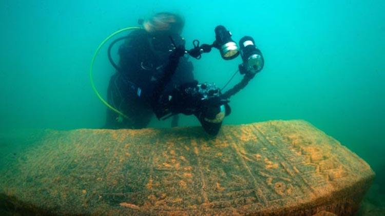 Van Gölü'nde Selçuklu Mezar Taşları'ndan İskele Yapılmış