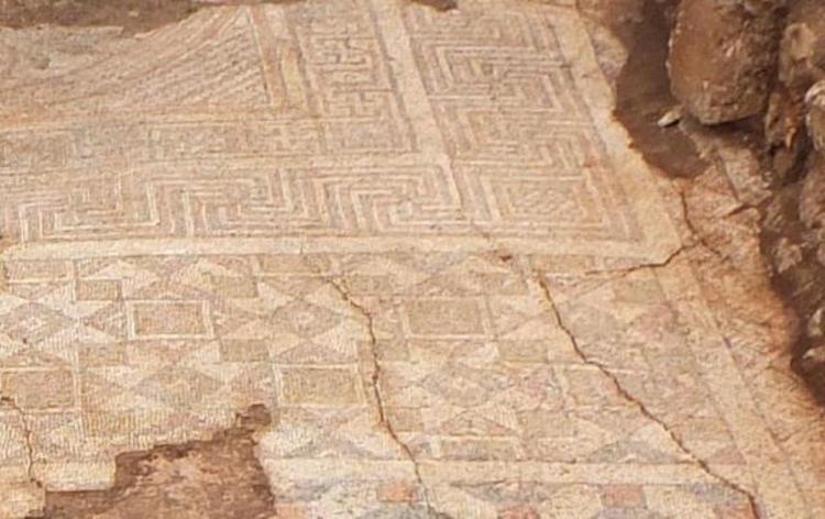 Kuzeydeki odada yer alan geometrik motifli mozaik taban