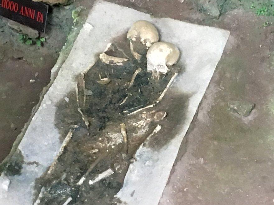 Kafatası, İtalya'nın Calabria bölgesindeki Grotta del Romito mağarasında ortaya çıkarıldı. Fotoğraf: Twitter/Comunicarebene