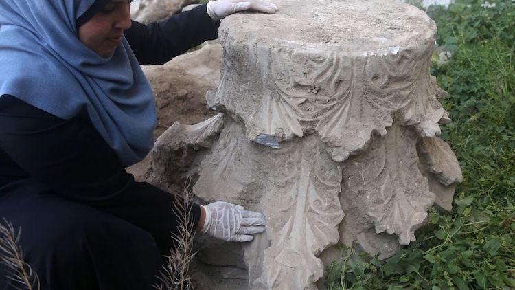 Filistinli arkeolog Hyam al-Betar, inşaat alanında çıkan antik kilisenin kalıntılarına bakıyor. F: AFP