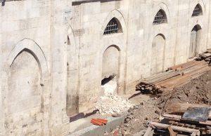 Mimar Sinan'ın yaptığı caminin duvarı kırılarak delik açıldı
