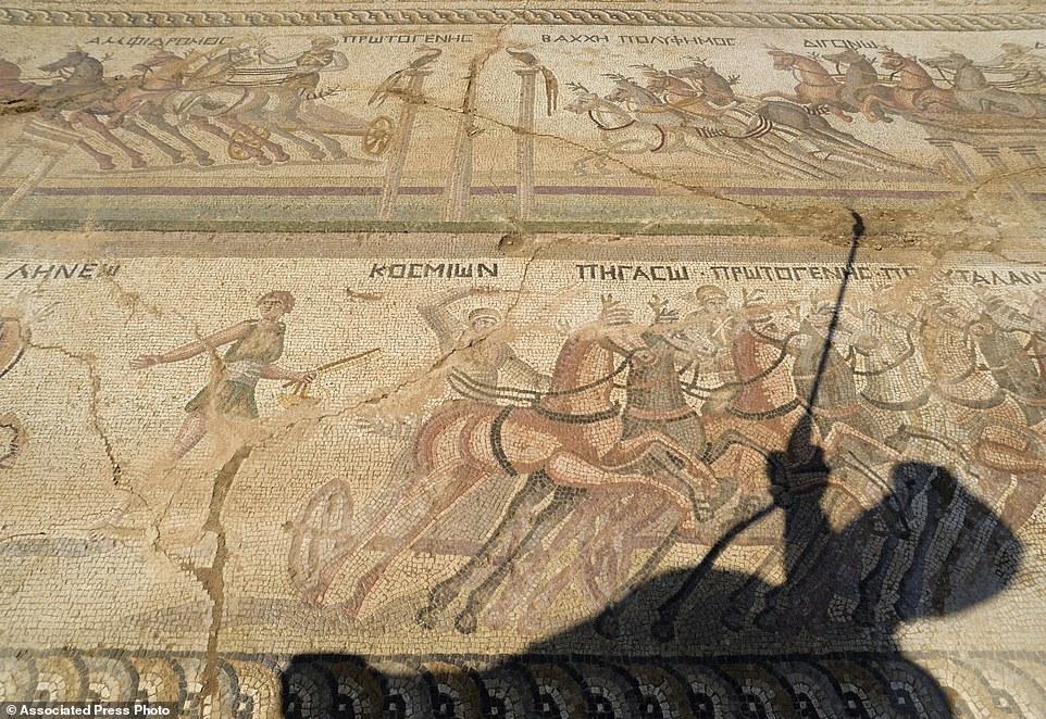Kıbrıs'ta 2300 Yıllık Devasa Devasa Bir At Yarışı Mozaiği Bulundu