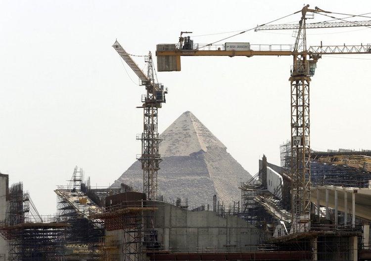 Yapımı süren Büyük Mısır Müzesi'nin bulunduğu mevki Gize Piramitlerine oldukça yakın (AP Photo/Amr Nabil)