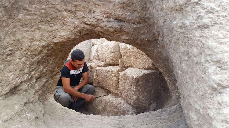 Kuzey İsrail'de günümüz Shlomi kentinde bulunan bir alanda kireçli kaya kesilerek bir fırın keşfedildi.