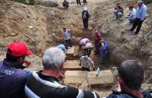 çanakkale'de boru onarımısırasında üç lahit bulundu