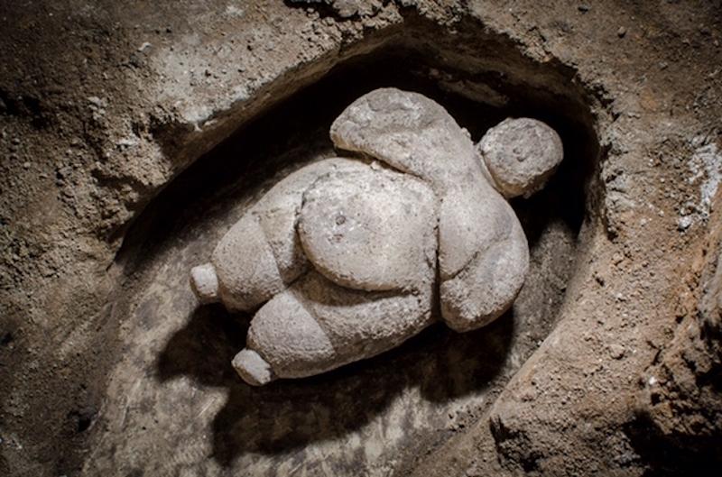 Çatalhöyük'te Eksiksiz Bir Kadın Heykelciği Bulundu