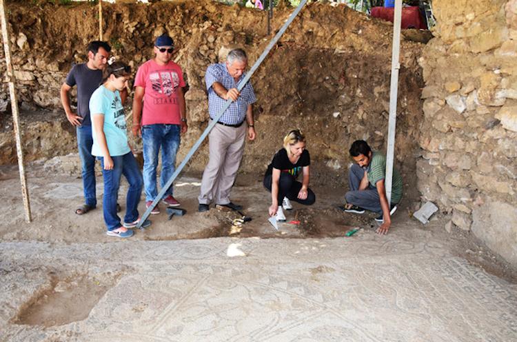 Kütahya'da Yanan Bir Evin Altında Çıkan Mozaikler İçin Kazılar Başladı