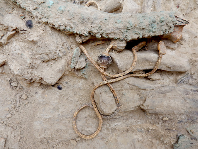 Mezarın bulunduğu bölgeden çıkarılanlar arasında bir altın zincir ve bir bronz kupa da bulunuyor. Department of Classics/University of Cincinnati