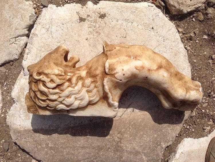 Pençe kısmı kayıp olan aslan başlı mermer masa ayağı / Massimo Dieciorsi Meridio