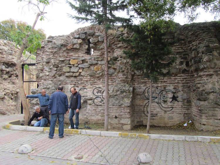 Sprey boya ile yazı yazılmış duvarlar. F: Küçükyalı Arkeopark.