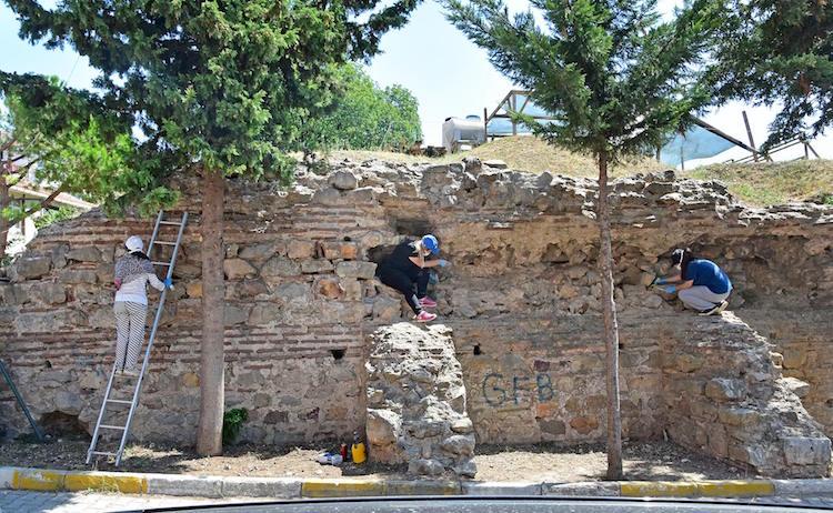 Konservatörlerin duvarları temizleme çalışması. F: Küçükyalı Arkeopark.