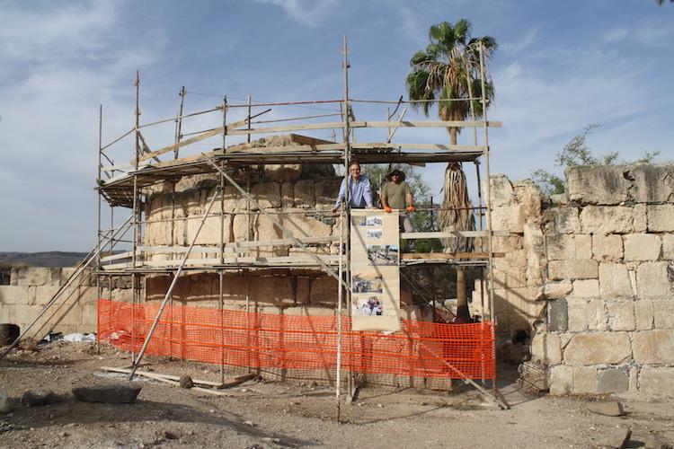 """1300 Yıllık Khirbat al-Minya Sarayı'nda """"Subhan'Allah"""" Yazan Cam Ağırlık Bulundu"""