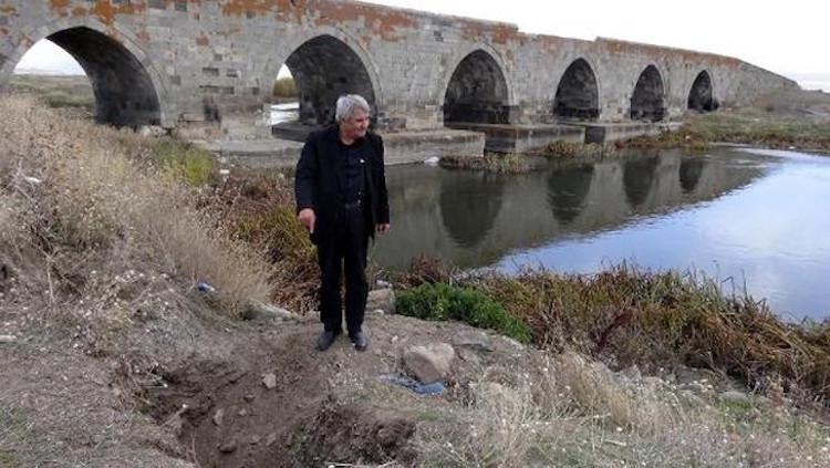 Erzurum'da Osmanlı Köprüsü Defineciler Tarafından Parça Parça Sökülüyor