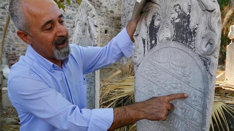 İzmir'deki 138 Yıllık Mezar Taşında Etin Pahalılığı Yazıyor