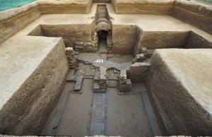 """Çin'de Pekin'in biraz dışında bir antik kentte 2000 kişilik bir ekiple yürütülen kazılarda 1000'den fazla mezar ortaya çıkarıldı. Bu etkileyici buluntuların ortaya çıkarıldığı antik kentin bundan 2500 yıl öncesinde Çin'in """"Savaşan devletler"""" dönemine tarihlendiği bilinmekte. Kazılarda 69 adet fırın, 10.000'den fazla eser ortaya çıkarılmış."""
