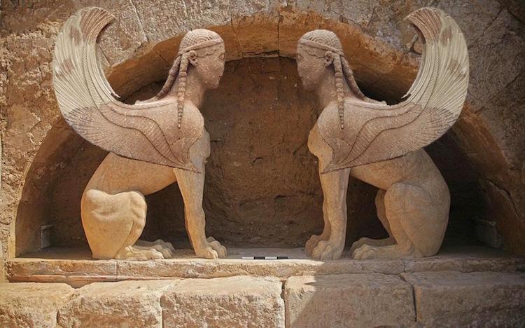 Amphipolis mezarının girişindeki sfenksler.