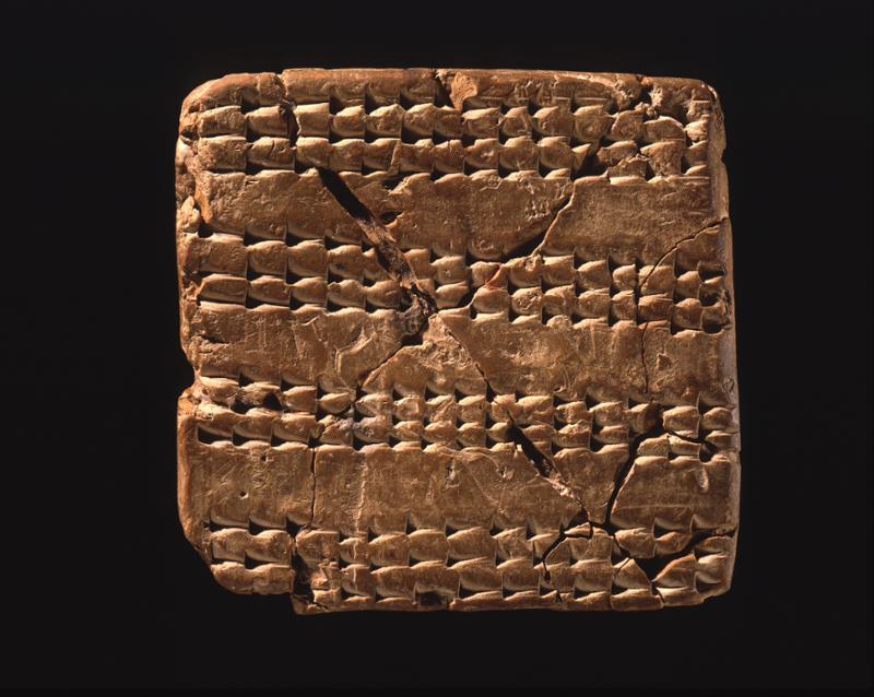 Nippur'daki bir Sümer okulunda bulunan bir egzersiz tableti. Bir çocuğun ilk defa yazıyı öğrenme evresine örnek. Müfredatın ilk aşamasında çocuklar kil tabletler üzerine basit çizgiler çiziyordu. İlerleyen aşamalarda ise kelime listeleri, matematik alıştırmaları yazılıyordu. MÖ. 1800-1600. Nippur. F: University of Pennsylvania Museum of Archaeology and Anthropology