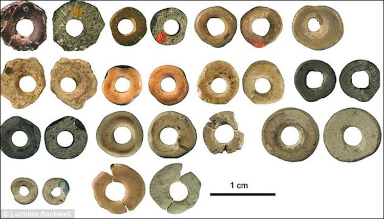 Güney Afrika'daki bir mağarada bulunmuş, devekuşu yumurtasından yapılmış boncuklar 44.000 yıl öncesine tarihleniyordu. F: Lucinda Backwell