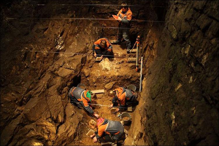 Denisova mağarasında kazıları yürüten arkeoloji ekibi.