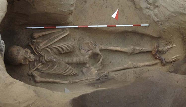 20-30 yaşları arasında ölmüş adamın ayakları ve boynunda demir zincirler var. F: Giorgo Baratti