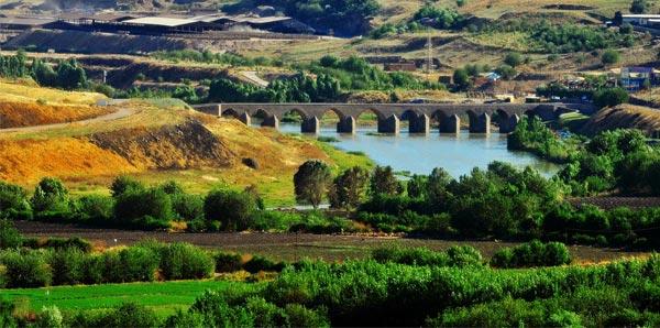 """644 Sayılı KHK ile """"Özel proje alanı"""" ilan edilmiş olan Diyarbakır'daki ünlü Hevsel bahçeleri hakkında proje kabul edilmiş olmasına rağmen Çevre ve Şehircilik Bakanlığı tarafından proje hakkında herhangi bir açıklama yapılmamış durumda."""