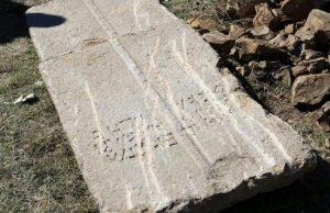"""2 metre uzunluğundaki lahit kapağının üzerinde Grekçe """"Burada kutsanmış Kandes yatıyor."""" yazıyor."""