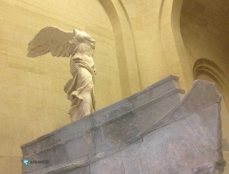 Kanatlı Zafer Heykeli, Louvre Müzesi
