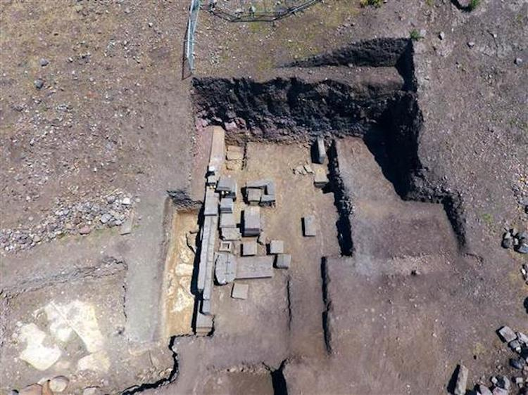 2.300-year-old and 21-person family grave found in Assos - image aile2 on https://archaeologys.com