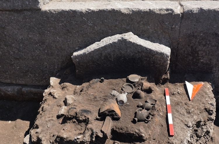 2.300-year-old and 21-person family grave found in Assos - image aile3 on https://archaeologys.com