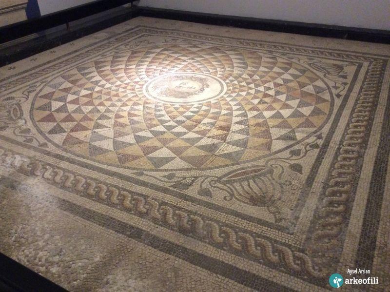 Medusa Mozaiği (Bergama Müzesi)