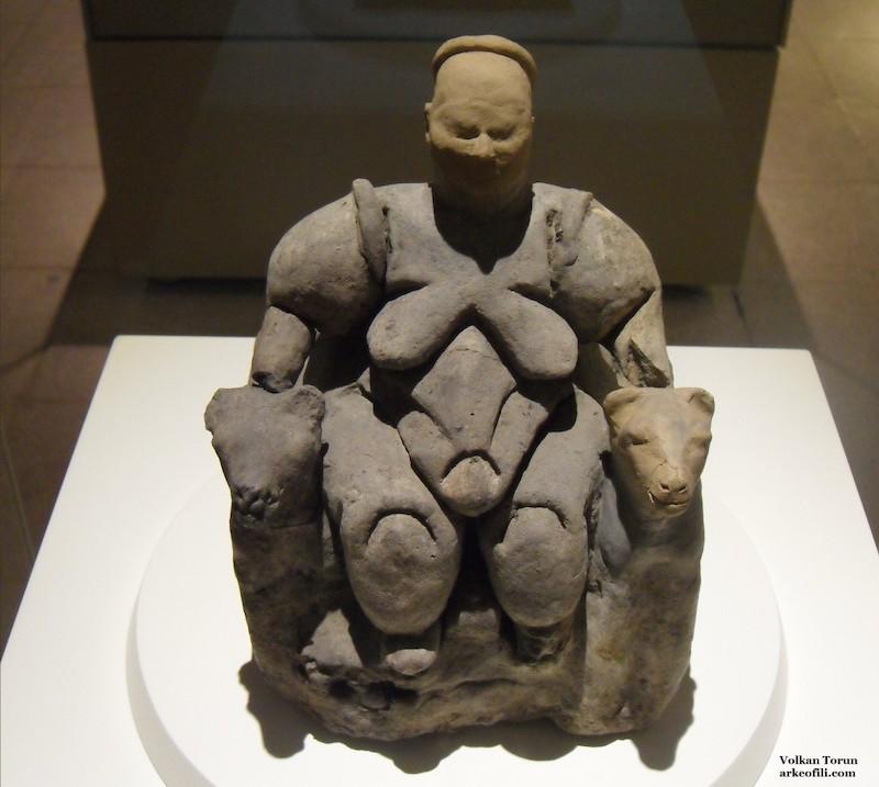 Oturan kadın heykelciği (Anadolu Medeniyetleri Müzesi)