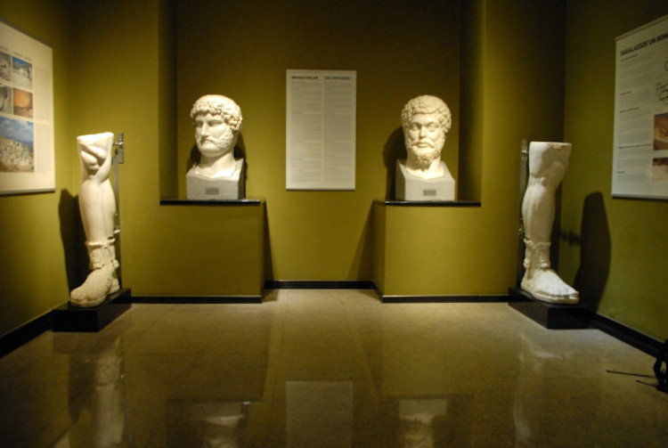 Hadrian ve Marcus Aurelius büstü (Burdur Müzesi)