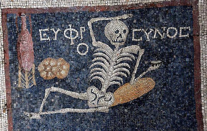 Neşeli iskelet mozaiği (Hatay Arkeoloji Müzesi)